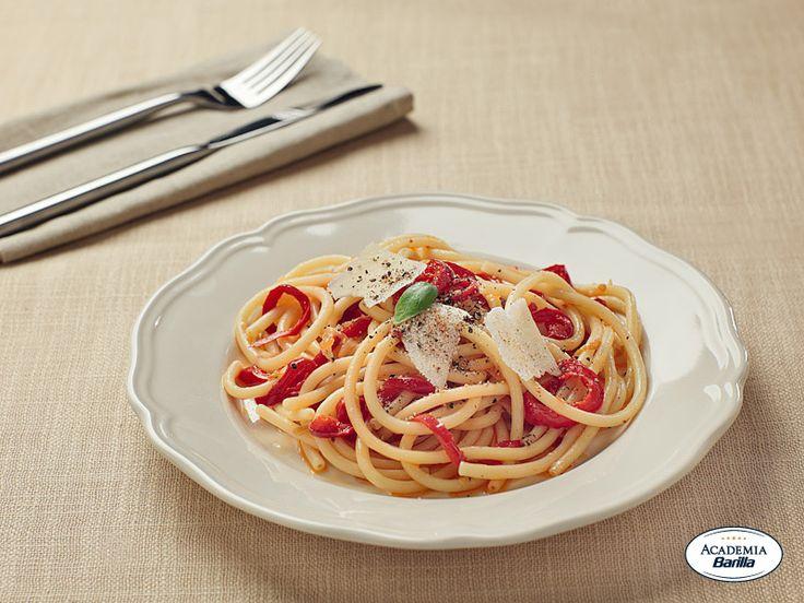 Bucatini con salsa ai peperoni rossi
