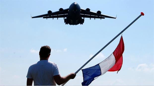 EINDHOVEN - Een hartverscheurend en indrukwekkend moment. Christian Timmers uit Veldhoven maakte vorige week op Vliegbasis Eindhoven een iconische foto van de landing van één van de vliegtuigen met MH17-slachtoffers. Hij bood de foto vervolgens gratis aan, maar het lijkt er op dat sommigen er een voordeeltje uit willen halen en de foto zonder toestemming van Timmers te koop aanbieden.