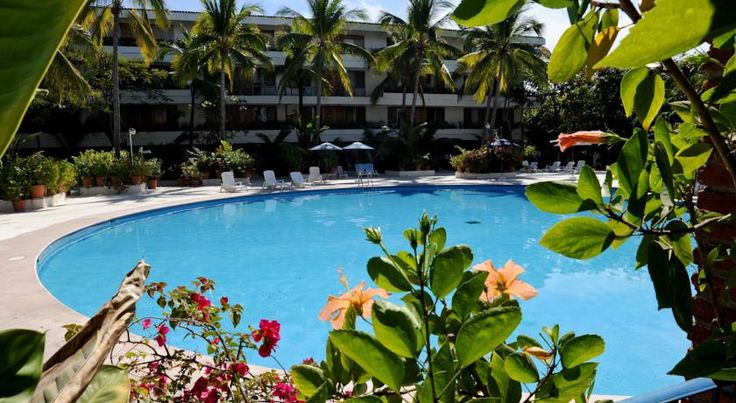 Hotel Villas Paraiso Ixtapa The Villas Paraiso is located one block from Boulevard Ixtapa and a 5-minute walk from Estrella de Oro bus terminal. It features an outdoor pool and rooms include air conditioning.