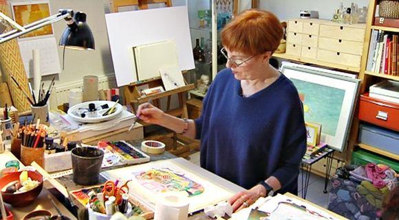 Kristiina Louhi maalaamassa. Kristiina Louhi painting.