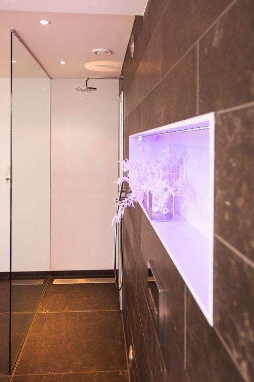 Design douche met glazen douchewand tot aan het plafond
