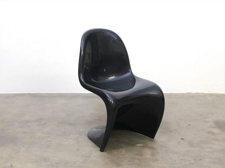 S-shaped plastic chair ontworpen door de Deense ontwerper Verner Panton in de jaren 60. De eerste geheel uit plastic geperste stoel ter wereld.