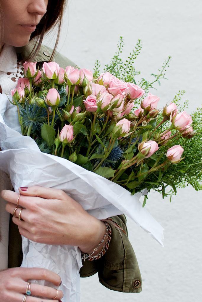 фото женская рука с цветами прилавках магазинов электроники