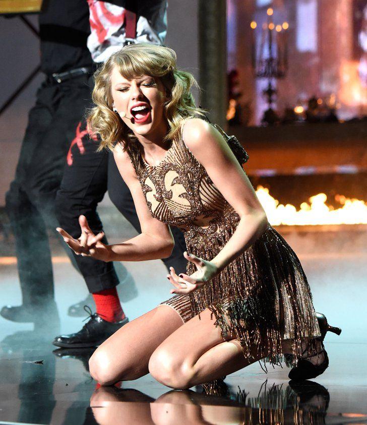 """Pin for Later: Taylor Swift's Auftritt bei den American Music Awards war etwas . . . beängstigend?! """"Ich hätte mal lieber Knieschützer getragen!"""""""