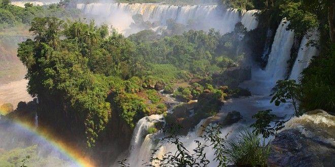 Prenez la route paraguayenne pour arriver aux impressionnantes chutes d'Iguaçu