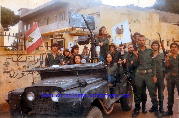 Octobre 1976 - Bataillon Assyrien des Kataëb autour d'une Land Rover Serie II - A noter le Lama sur le drapeau, symbole de l'identité assyrienne