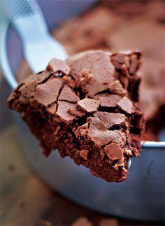 E esta receita de bolo de chocolate sem farinha é fácil, gostosa, leve e rapidinha.
