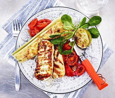 Tamales är en mexikansk rätt där majskolvsblad fylls med polenta. Riktigt gott, och perfekt för den som vill grilla vegetariskt! Här lägger vi till halloumi och en frisk tomatsalsa på tallriken.