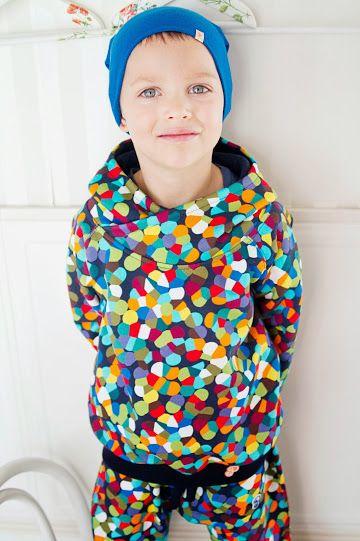 Bluza z dzianiny dresowej dla dzieci. Bardzo kolorowa i radosna idealna dla chłopca i dziewczynki. Obszerny kaptur i zakładkowy kołnierz skutecznie ochronią przed wiatrem i chłodem. Puszek