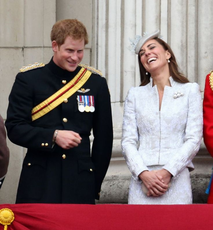 """Prinz Harry, der Witzeerzähler: Am liebsten bringt er Kate zum Lachen  Manchmal könnte man fast schon Mitleid mit Prinz William bekommen. Denn seine Frau und sein Bruder verstehen sich so gut, dass er oft außen vor ist. Prinz Harry ist immer noch ein kleiner Schelm und liebt es, Menschen zum Lachen zu bringen. Sein liebstes """"Opfer"""" ist seine Schwägerin Kate. Verständlich, denn sie hat einfach das schönste Lachen von allen. #Royals #PrinzHarry #HerzoginKate #KateMiddleton"""