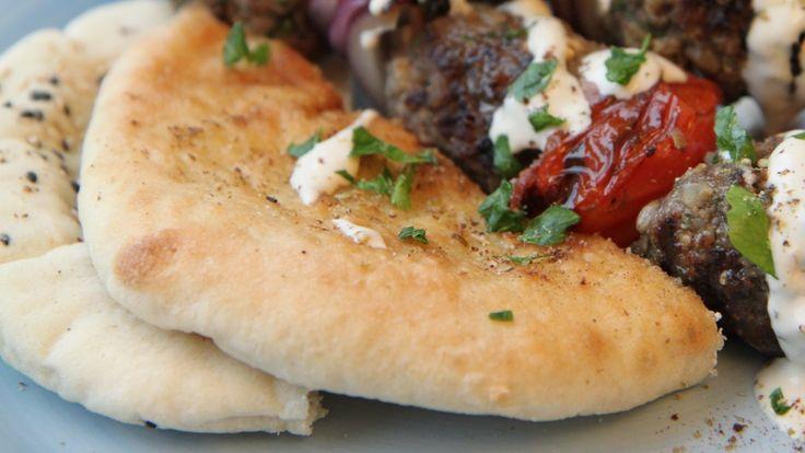 Lise Finckenhagen lager sine egne pitabrød og serverer dem til israelsk lammekebab.