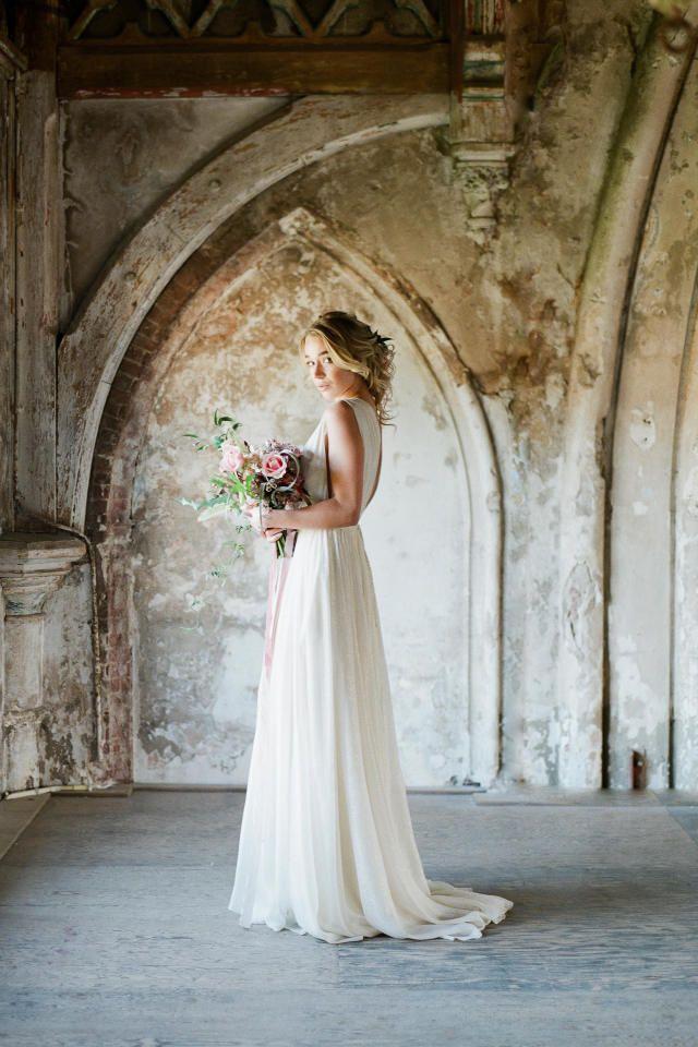 Credit: Alexandra Vonk Photography - huwelijk (ritueel), bruid, volk, vrouw, jurk, mode, kerkgebouw