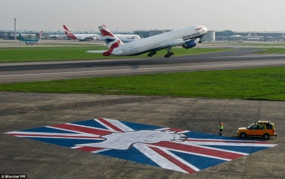 Jubilee fever – Heathrow: 2012 Heathrowairport, Royals Runway, Diamonds Jubil, The Queen, Red Carpets, Jack O'Connel, Union Flags, Heathrow Airports, Union Jack
