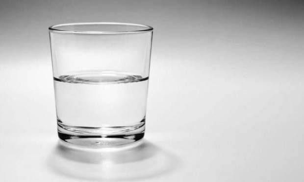 """Profesör elinde içi dolu bir bardak tutarak dersine başladı Herkesin göreceği bir şekilde tutuyordu ve ardından sordu : """"Bu bardağın ağırlığı sizce ne kadardır?"""" ', '''50gm!'' .... ''100gm!'' .....''125gm'' ..diye öğrenceiler yanıtladı.  """"Bardağı tartmadıkça gerçekten ben de bilemem,"""" dedi profesör, """"ama, benim sorum şu ki : Bu bardağı böyle birkaç dakikalığına tutsaydım ne olurdu?"""" #strestenkurtul #melikepekmezci #ilhamverennotlar"""
