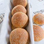 Met onderstaand recept maakt je negen heerlijke hamburgerbroodjes. Je maakt eerst bolletjes van het deeg die je vervolgens plat drukt want de broodjes mogen niet te hoog worden.