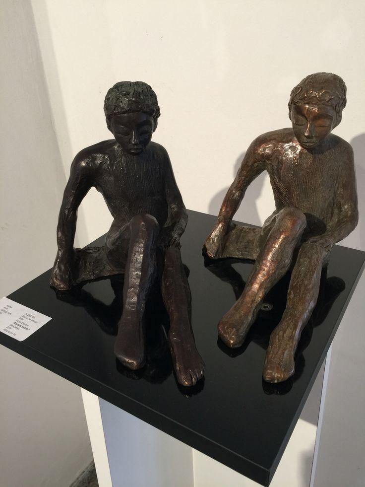 Ragazzo seduto scultura in bronzo a cera persa Albertini