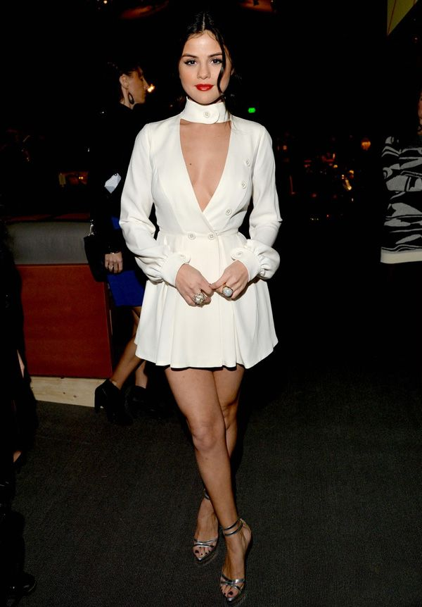 Look de Selena Gomez com vestido branco e sandália prateada.