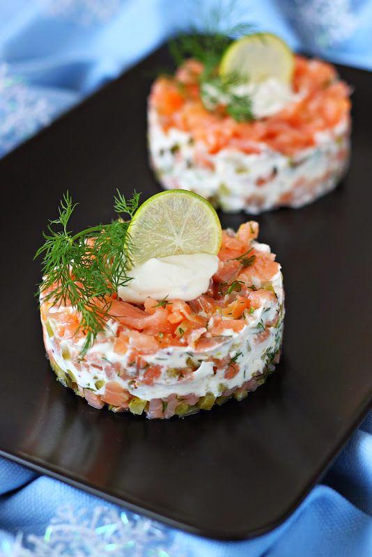 Салат из копчёного лосося с горчичным соусом  2 порции 200 г копченого лосося в нарезке 2 маленьких корнишона 1/2 ч.л.мелко тертой цедры лайма 1 ст.л. мелко порезанного укропа для…