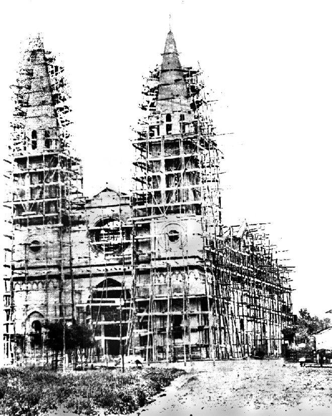 A Catedral de Curitiba em construção, ainda cercada de andaimes, em 1886 |