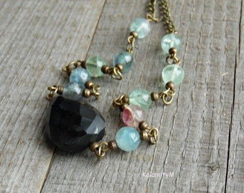 Smoky quartz I - fasetovaná nepravidelná záhněda tvoří hlavní část náhrdelníku, je doplněna o korálky fluoritu modro-zeleno-růžové barvy a bižuterní komponenty v barvě staromosazi, zapínání na karabinku. Záhněda je cca 2,4x1,7cm, fluoritové korálky mají průměr cca 0,6cm.  Délka náhrdelníku cca 46 cm. Délku mohu na požádání upravit.