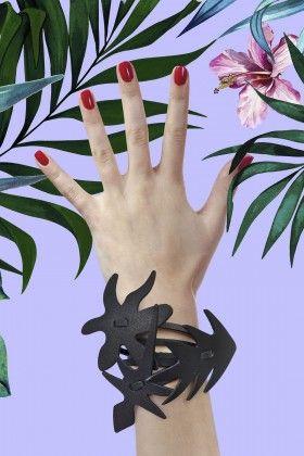 Catto&Catto Jungle Siyah Bileklik: Lidyana.com Deve tabanı şeklinde sarı deri bileklik. Standart ölçü; 18cm. Mıknatıslı kolay takıp çıkarma. Jean ve t-shirt'lü bir kombini tarza dönüştürecek eğlenceli bir parça.