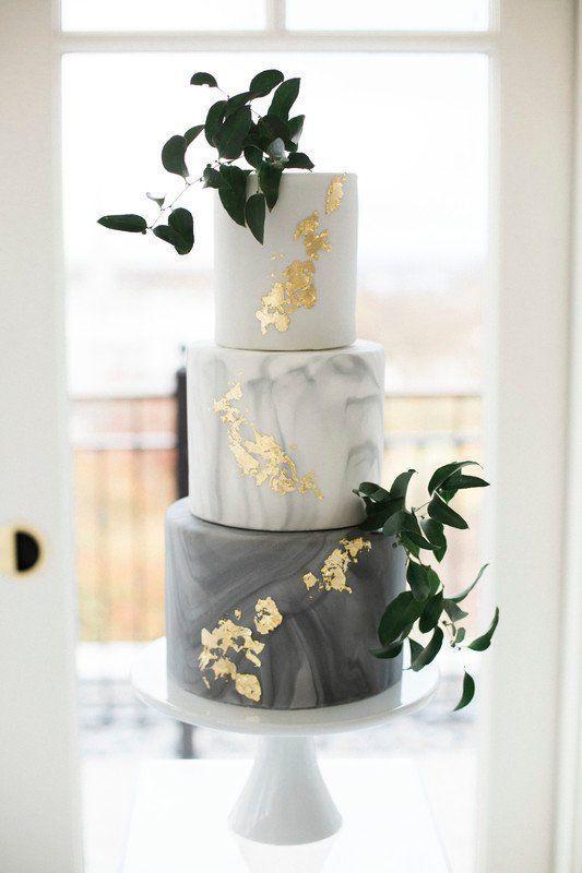 Marble Wedding Cake – Moderne Hochzeitstorte mit goldenen Flecken und viel Grün   – Kuchendesign