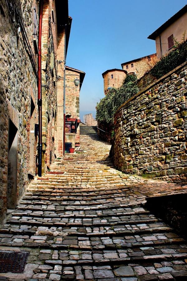 Vicolo corto. Sant'Agata feltria ,strada che porta al castello. Rimini, Italy