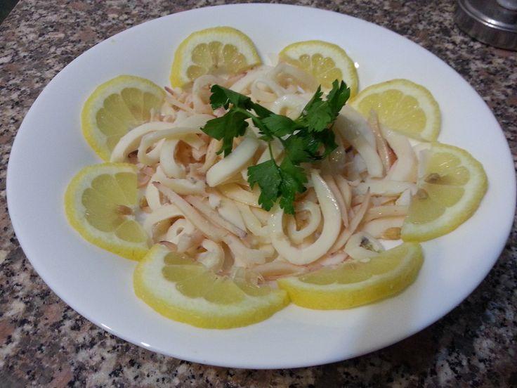 Non amo molto il pesce con le lisce, ma adoro crostacei e molluschi che cucino nei modi più svariati possibili. Il calamaro è quello che preparo ripieno, a