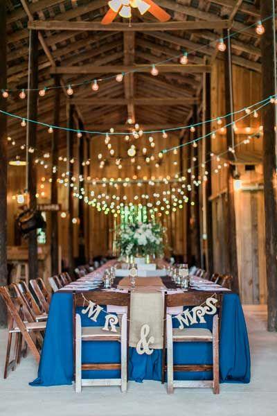 guirnalda de luces en zig zag para decorar el techo de una boda de interior rústica  #boda #wedding #light #illumination #decoration #decoracion #diy #original #ideas #lights #luces #vintage #bombillas #led