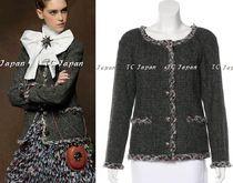 CHANEL【シャネル】 ■2013 Pre Fall Paris Edimbourg Metiers d'Art Collection (通常のfall winterコレクションよりお値段の高いワンランク上のコレクション) ・グレー マルチカラー ・パッチポケット ・グリポックスボタン ・Retail: $5,580 + Tax ・100% Wool; 100% Cotton; 100% Silk 都内より即日発送 ご不明な点がございましたらお気軽にお問い合わせください。 CHANEL TC Japan