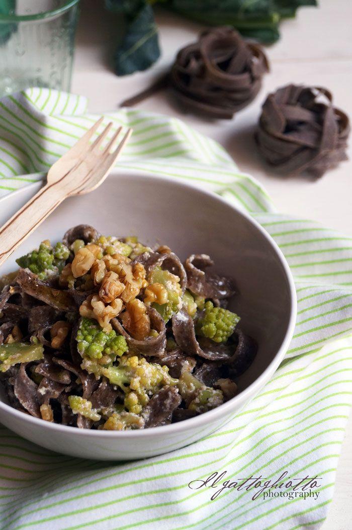il gattoghiotto: Tagliatelle di grano saraceno con broccolo romanesco, ricotta e berberè