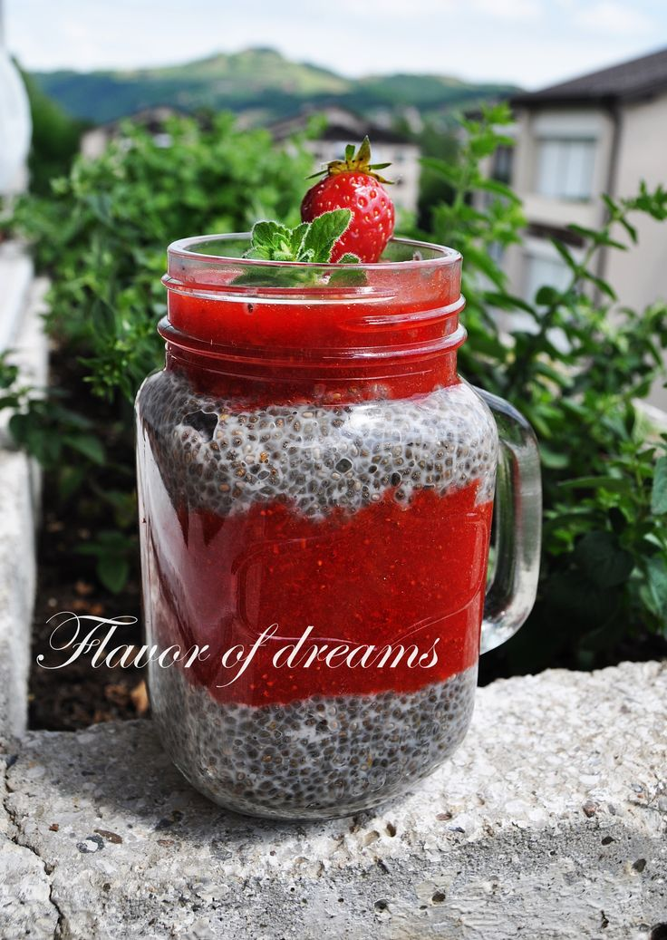 pudding chia with strawberries