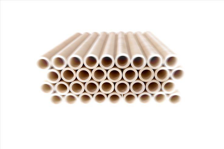 LignoTUBE Rohre aus Holz gestapelt.