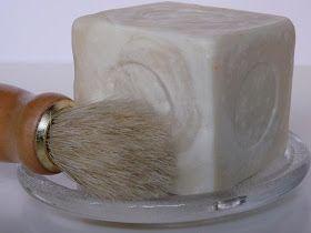 Aquí os traigo la receta  de jabón de afeitar  que me habéis pedido en varias ocasiones. Este jabón  hace una espuma muy cremosa , es hidrat...