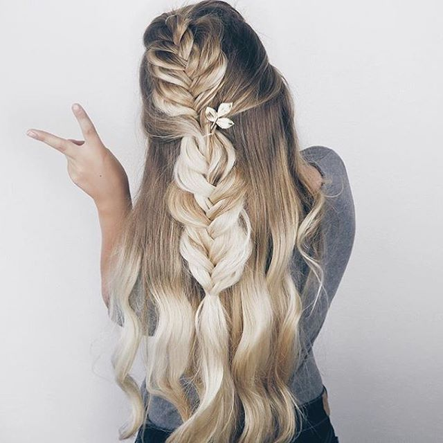 Braided prettiness for your Tuesday, courtesy of the always inspiring @sarah.nourse. Loving this romantic look. ✨ #tuesdayhairgoals #hairgoals #hairlove #braidinspo