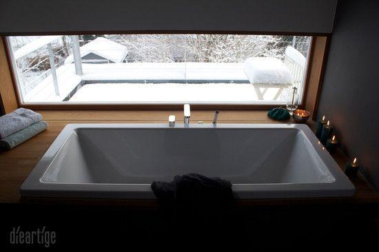dieartigeBLOG, Badewanne, Fenster, Ausblick Terasse, Schnee, Winter, Kerzen, Eichenholz um die Wanne