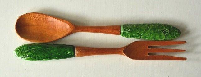 Vintage Salatbesteck aus dunklem Holz mit grünen Keramikgriffen mit Blattdekor von VintageLoppisStyle auf Etsy