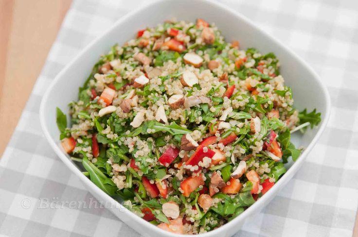 Quinoa Salat mit Paprika und Nüssen