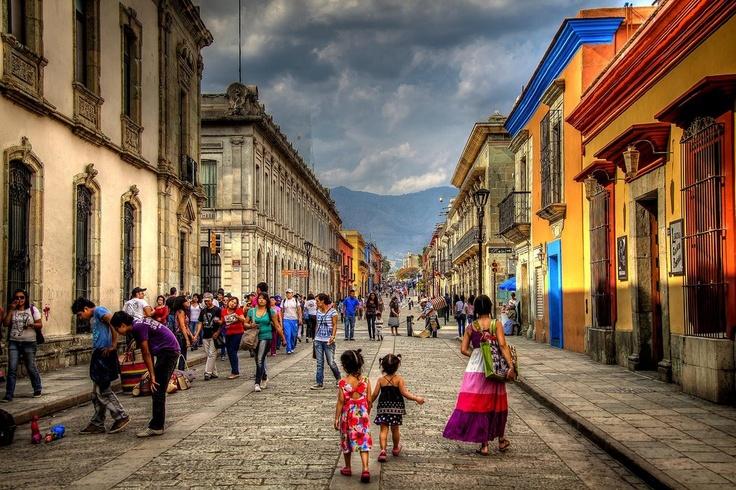 Calle Macedonio Alcalá, en el colorido y encantador Centro Histórico de la mítica ciudad de #Oaxaca, en #Mexico.