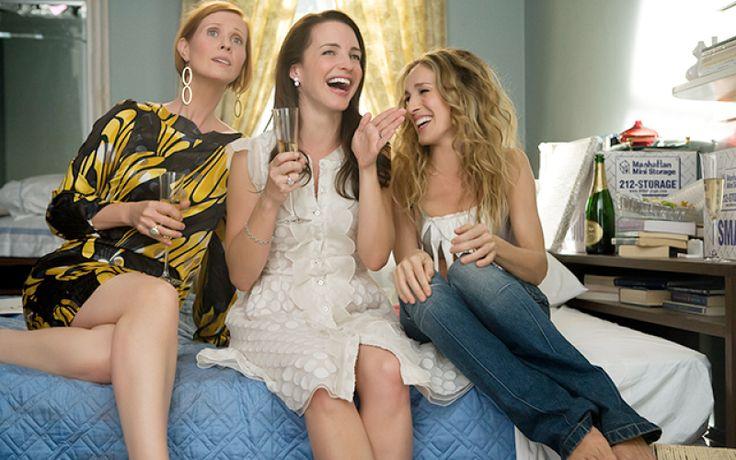 Het is weer Internationale Vrouwendag en dat betekent borsten vooruit, kin omhoog en blij zijn dat we vrouw zijn. Want hoewel we die vrouwelijkheid af en toe willen vervloeken, zijn er ook zo veel voordelen die de mindere kantjes meer dan compenseren. Dus dames, bel je vriendinnen op, neem er een fles wijn bij en vier het feit dat je in het leukste team geboren bent. Who run the world?