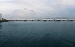 Paul Biya, Président du Cameroun, a posé la première pierre du deuxième pont sur le fleuve Wouri à Douala, la capitale économique du pays. Sogea-Satom (mandataire) réalisera en groupement avec Soletanche Bachy un double pont qui va permettre de délester le pont existant, de fluidifier la circulation dans Douala et de faciliter le transport ferroviaire dans la région.L'ouvrage routier comporte cinq voies de circulation et deux trottoirs.