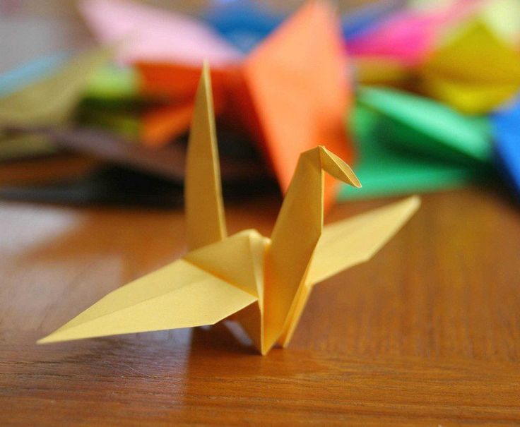 idée de pliage de papier en forme de grue jaune