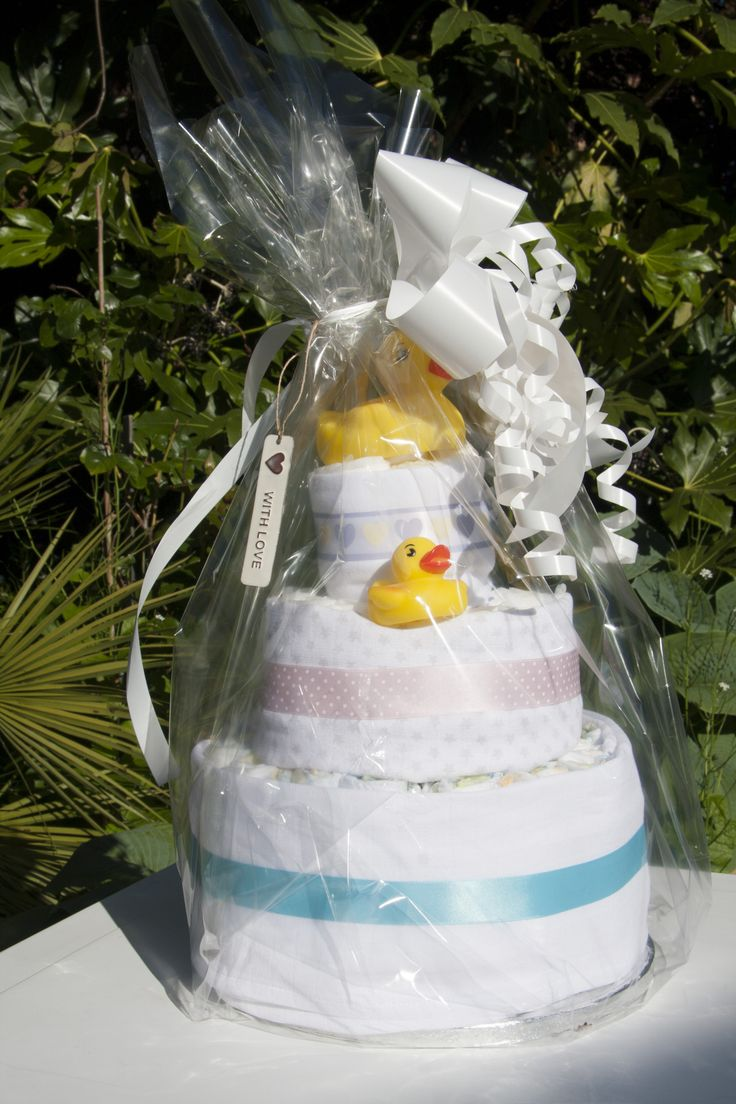 Little bath ducks and baby items in a beautiful nappy cake.