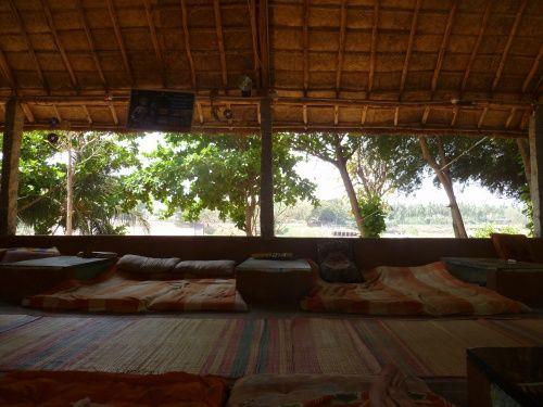 The Goan Corner - Hampi - Karnataka - Inde Tandis que la plupart des personnes se contentent de choisir une guest house proche des sites à visiter. Mon p'tit conseil.. passer de l'autre côté de la rivière à Virupapuragaddala, pour plus d'authenticité ! En plus, les guest houses sont moins chères ;-)