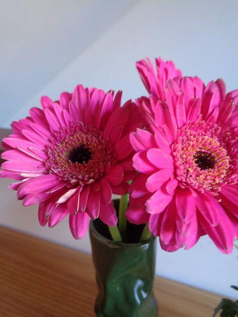 La trasformazione di un anonimo mazzo di fiori in una gradevole composizione floreale https://lefotodiluisella.blogspot.it/2017/03/composizione-floreale.html