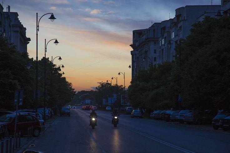 • joc de culori pe un cer parca pictat •  #igerbucharest #ig_europe #ig_bucharest #ig_romania #photography #photoofday #colors #sky #bucurestirealist #beautiful #canon #canon6d #6d #cannon #motorcycle #sunset #city http://tipsrazzi.com/ipost/1512592860553561210/?code=BT9zzFPFkR6