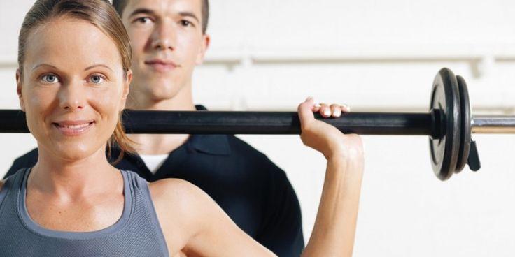 Ein Muskelaufbautraining hilft, verschiedene Muskeln des Körpers gezielt zu stärken. Vor allem die Rücken- und Bauchmuskeln (Rumpfmuskulatur) sind für