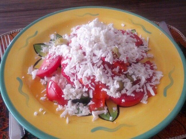Geinspireerd op Bulgaarse chopska salade: komkommer roma tomaat Turkse pepers gegrilde paprika geraspte feta (en een shitload aan olijfolie)