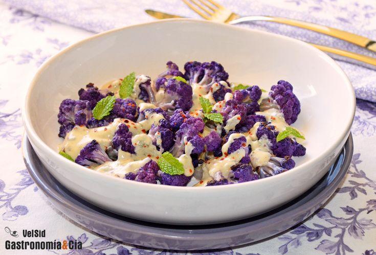 Coliflor morada salteada con salsa de yogur, mostaza y hierbabuena