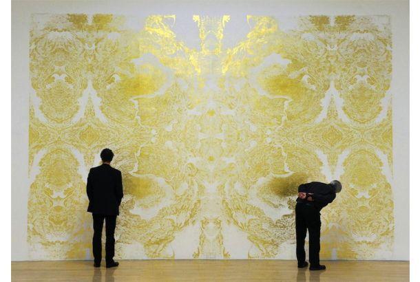 ロンドンの近現代美術館テート・モダンに展示されている、名前の無い巨大な作品。そう、金色に輝くこの抽象画作品は、なんと金箔で描かれ...